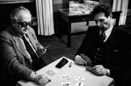 GERARDO CHIAROMONTE. 1973.  PAUSA DI AVORO A SCOPA CON LUCIANO LAMA. Foto di Mauro Vallinotto